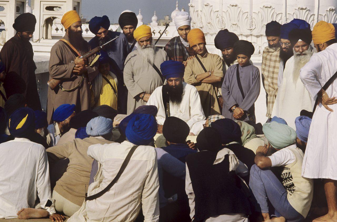 Assis en tailleur au centre, Sant Jarnail Singh Bhindranwale, leader du mouvement rigoriste et indépendantiste sikhe de 1977 à 1984. (Crédits : Raghu Rai / Source : Writingthroughlight.com)