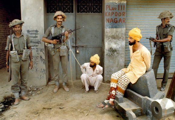 L'armée indienne capture des militants extrémistes sikhes après l'offensive Blue Star contre le Temple d'or à Amritsar au Pendjab, en juin 1984. (Crédit : DR)