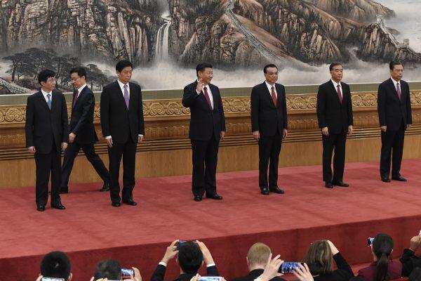 Les nouveaux membres du Comité permanent du Bureau politique lors de leur présentation à la presse le 25 octobre 2017 à Pékin. Au centre, le Président chinois Xi Jinping, puis de gauche à droite : Wang Huning, Han Zheng, Li Zhanshu, Li Keqiang, Wang Yang et Zhao Leji