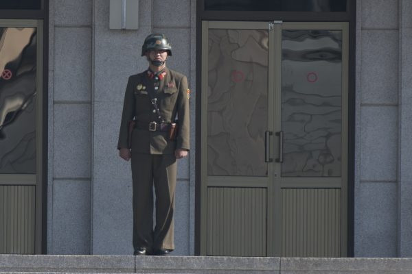 Un soldat nord-coréen monte la garde à la bordure de la DMZ le 14 octobre 2017.