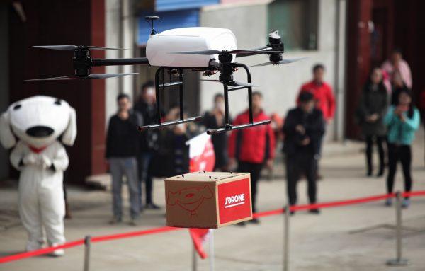 Un drone du géant chinois de l'e-commerce, JD.com, plane pour livrer un colis lors d'un test dans un quartier résidentiel de Xi'an, dans la province du Shaanxi, au nord-est de la Chine, le 10 novembre 2016. (Crédits : Chen feibo / Imaginechina / via AFP)