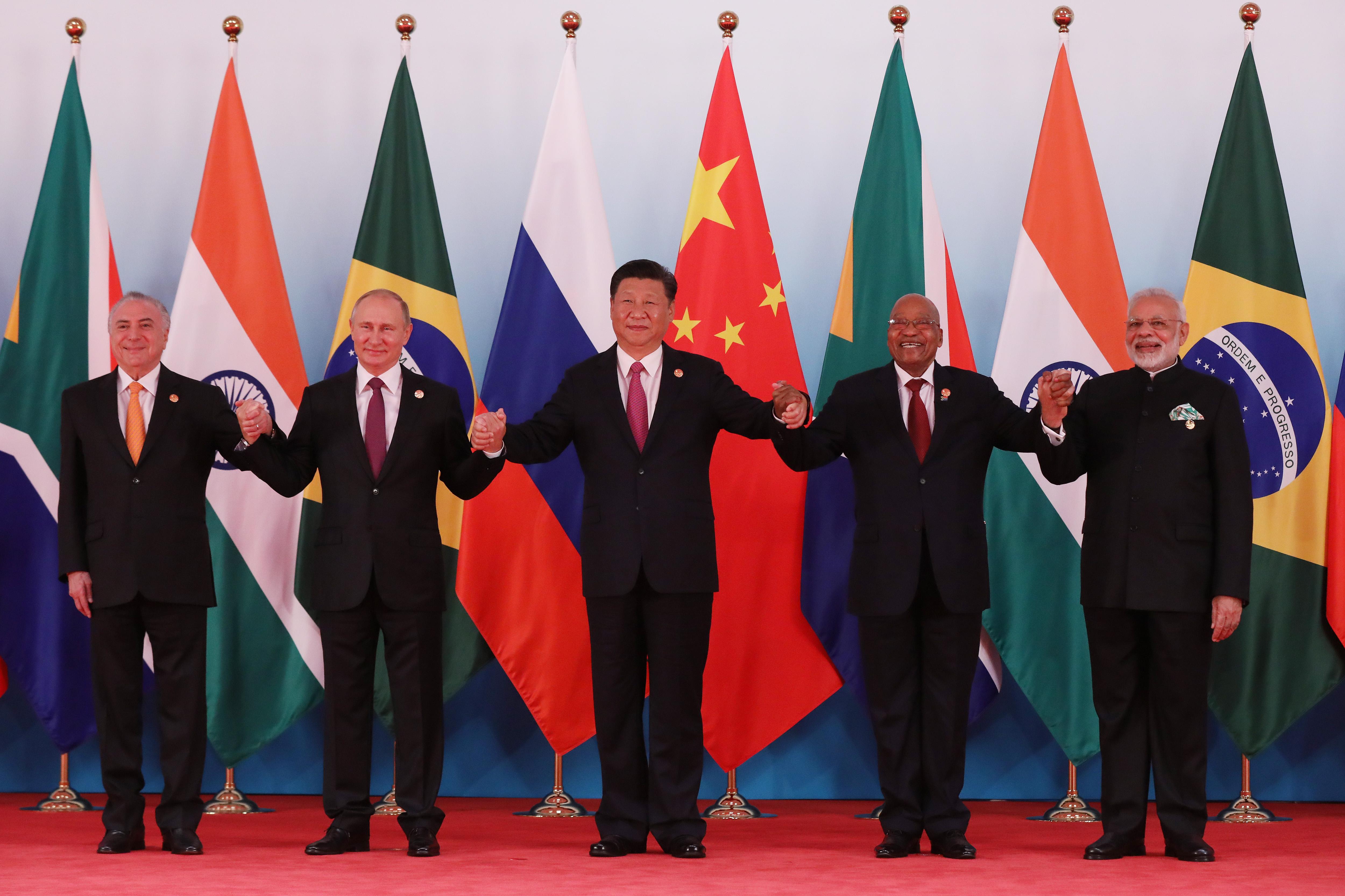 De gauche à droite, le président brésilien Michel Temer, le président russe Vladimir Poutine, le président chinois Xi Jinping, le président sud-africain Jacob Zuma le Premier ministre indien Narendra Modi lors du sommet des BRICS à Xiamen, dans le sud-est de la Chine, le 4 septembre 2017. (Crédits : AFP PHOTO / POOL / WU HONG)
