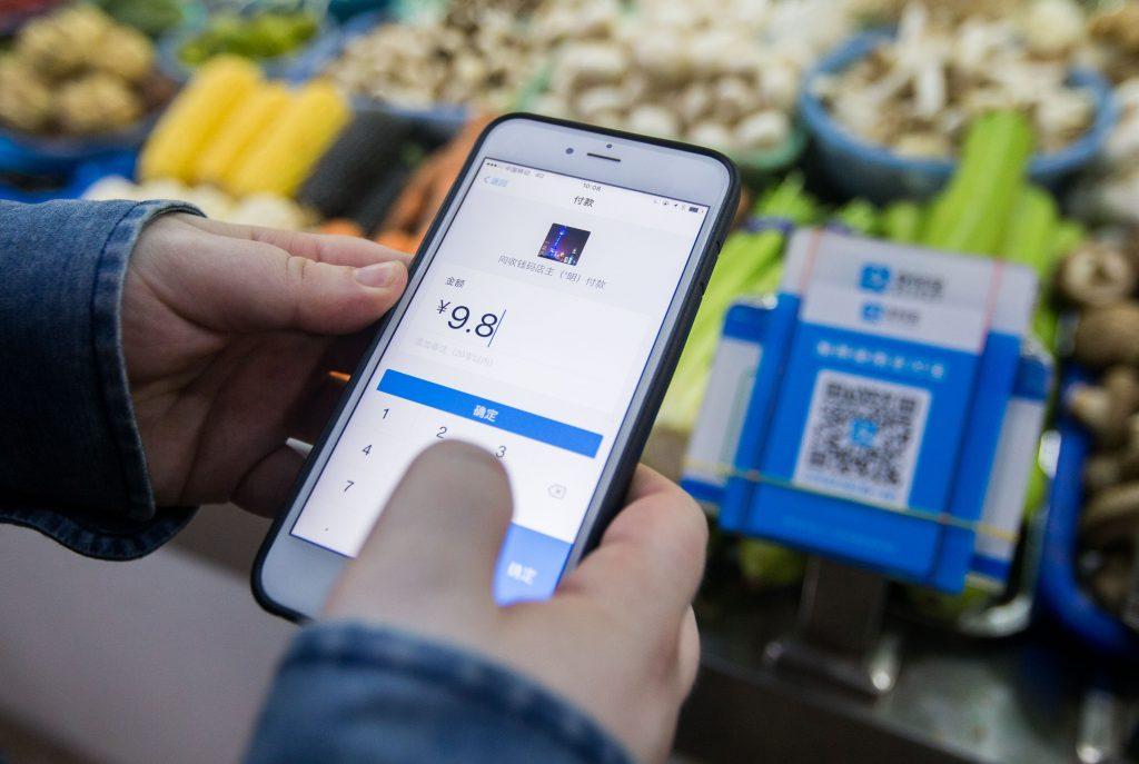 A Shanghai comme dans d'autres grandes villes de Chine, il est devenu courant d'achète ses légumes au marché avec le paiement mobile. (Credits : Stringer / Imaginechina / via AFP)