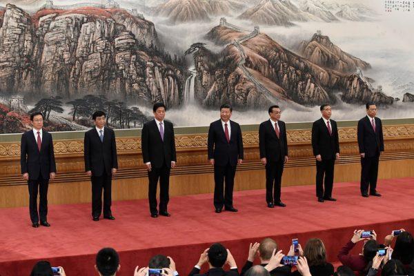 Les 7 membres du saint des saints du Parti communist chinois : le comité permanent du Politburo, de gauche à droite : Han Zheng, Wang Huning, Li Zhanshu, le président Xi Jinping, le Premier ministre Li Keqiang, Wang Yang et Zhao Leji, le jour de leur présentation à la presse au Grand Hall du Peuple à Pékin, le 25 octobre 2017. (Crédits : AFP PHOTO / WANG ZHAO)