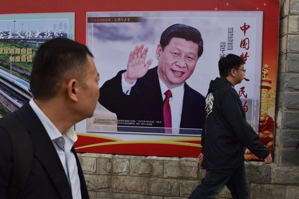 """""""Le rêve chinois, le rêve du peuple"""", peut-on lire sur cette affiche du président chinois Xi Jinping, le 16 octobre 2017 à Pékin, deux jours avant l'ouverture du 19ème Congrès du Parti communiste chinois. (Crédits : AFP PHOTO / GREG BAKER)"""