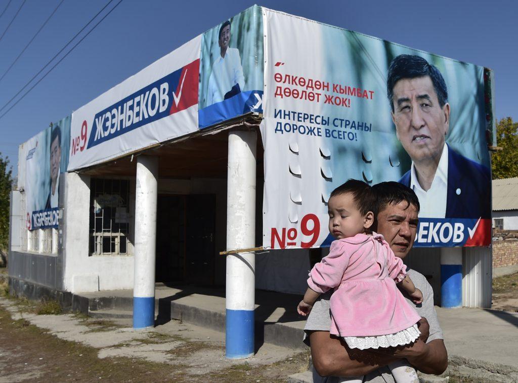 Affiche de campagne du candidat soutenu par le pouvoir Sooronbai Jeenbekov pour l'ection presidentielle du dimanche 15 octobre, dans le village de Kok-Zhar, le12 Octobre 2017. (Credits : AFP PHOTO / Vyacheslav OSELEDKO)