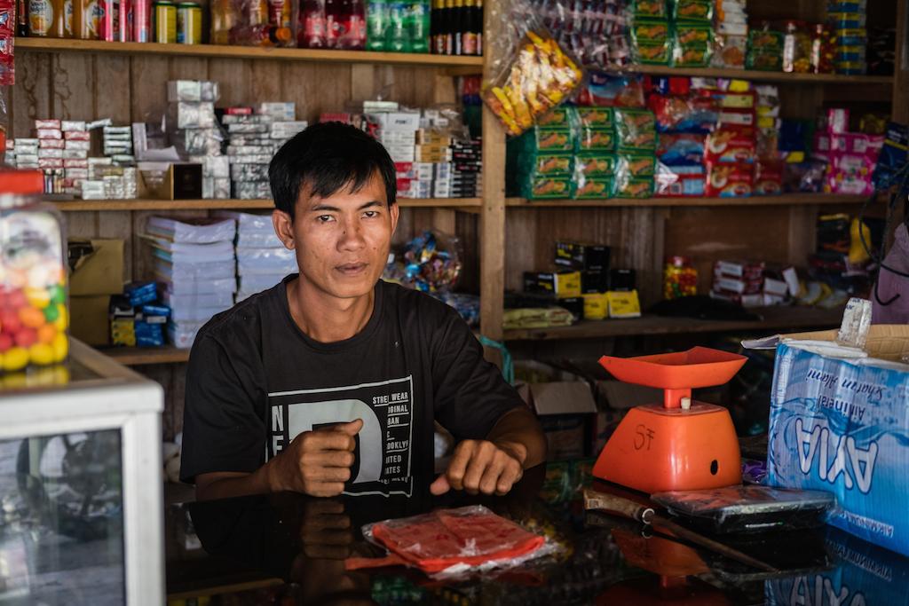 Aman Nata, 35 ans, vient du district de Rogdog à Siberut, une île de l'archipel Mentawai. C'est l'une des zones de relogement créées par le gouvernement. Aman a ouvert une épicerie et fut le premier à posséder une moto et une voiture dans la zone. (Copyright : Danishwara Nathaniel, 2017)