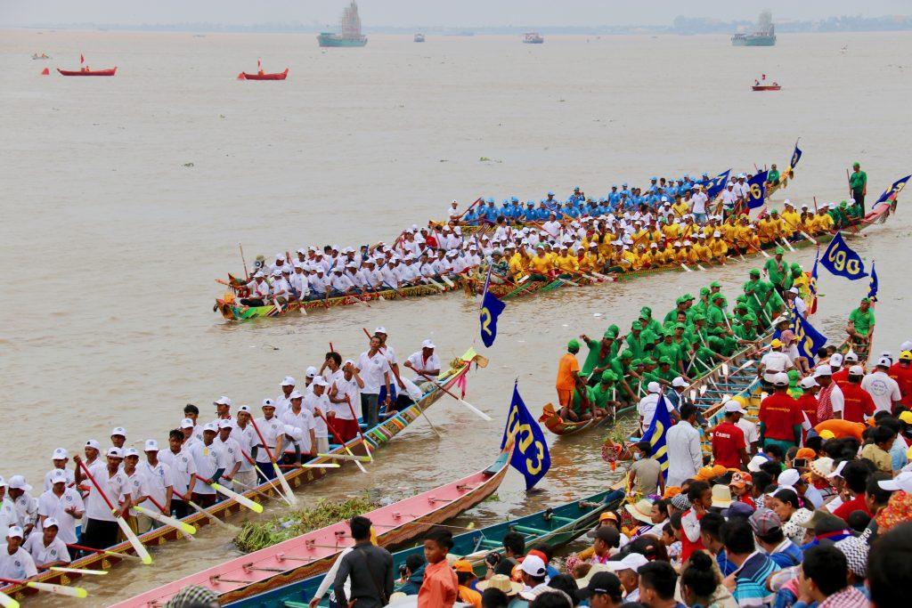 Les courses s'achèvent. Les participants se retrouvent sur le bord de la rivière en attendant le défilé final. (Copyright : Juliette Buchez)