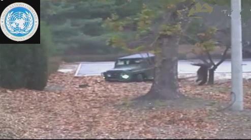 Image extraite de la vidéo diffusée par le Commandement des Nations Unies en Corée (UNC) montrant un soldat nord-coréen passant au Sud sous les balles. Il sera secouru par l'armée d'en face.