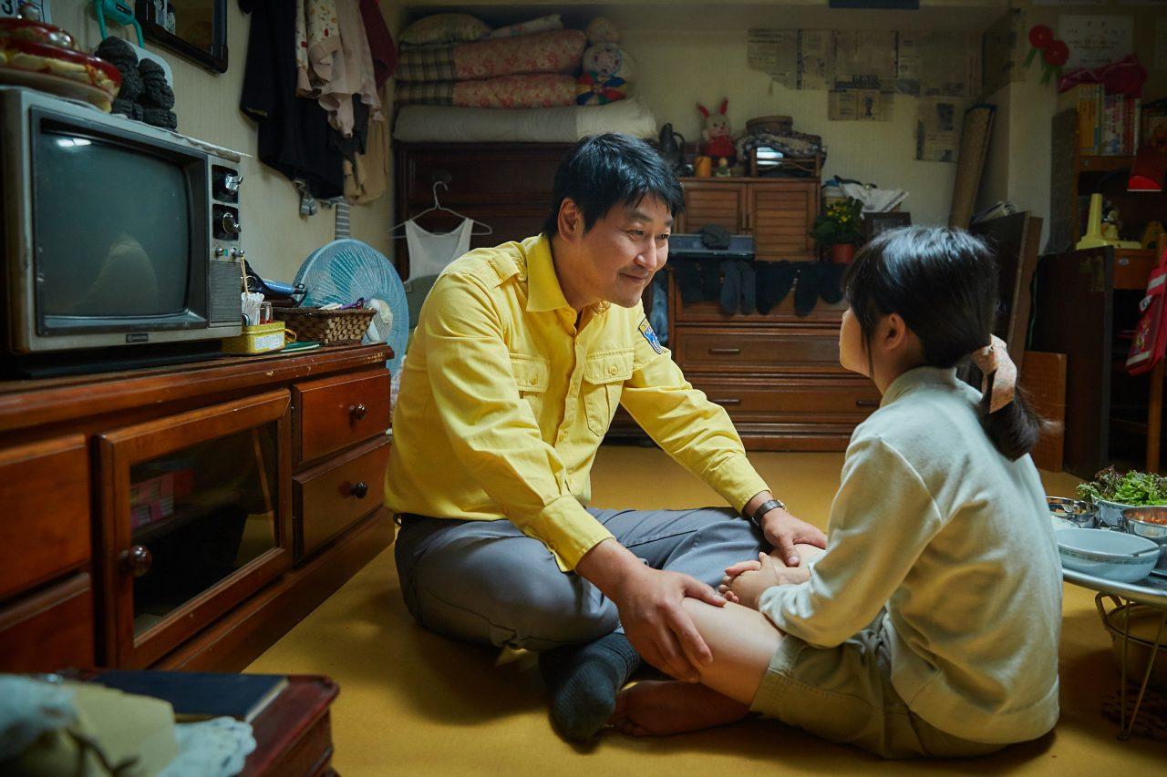 """L'acteur Song Kang-Ho dans le rôle du chauffeur de taxi Man-Seob. Extrait du film """"A Taxi Driver"""" par Jang Hoon. (Crédits : DR)"""