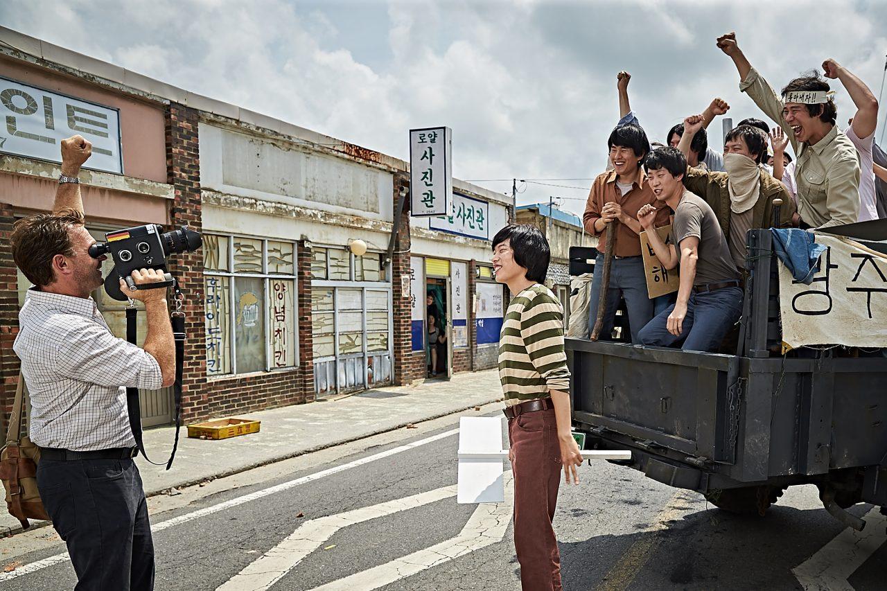 """L'acteur allemand Thomas Kretschmann dans le rôle du journaliste Jürgen Hinzpeter. Extrait du film """"A Taxi Driver"""" de Jang Hoon. (Crédits : DR)"""