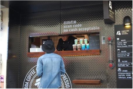 """L'ubiquité des systèmes de paiement mobile prouvée par un petit """"Coffee Shop"""" à Shanghai qui n'accepte que les dans QR code. (Credit : Daxue Consulting)"""