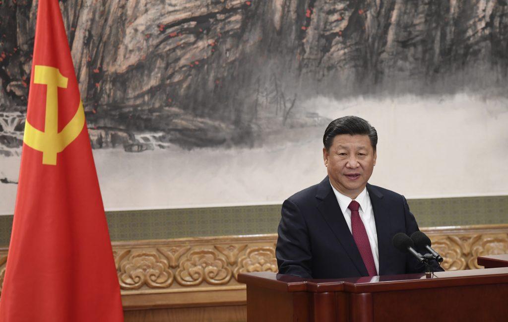Le président chinois Xi Jinping présente à la presse le nouveau comité permanent du Parti communiste dans le Grand Hall du Peuple à Pékin, au terme du 19ème Congrès le 25 octobre 2017. (Crédits : AFP PHOTO / WANG ZHAO)