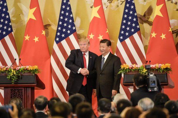 Le président américain Donald Trump serre la main de son homologue chinois Xi Jinping lors de la signature de gros contrats au Grand Hall du Peuple à Pékin le 9 novembre 2017. (Crédits : AFP PHOTO /Fred Dufour)