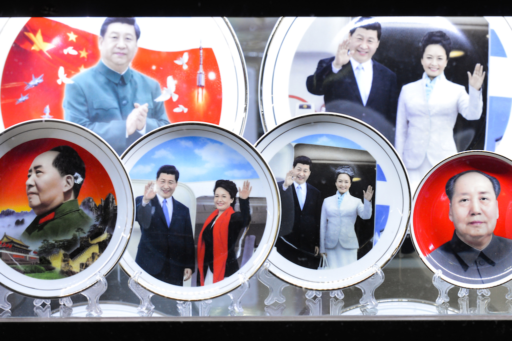 Le président chinois Xi Jinping et sa femme en assiettes, aux côté de Mao Zedong, dans un magasin de souvenirs in près de la place Tian'anmen à Pékin, le 28 septembre 2017. (Crédits : Artur Widak/NurPhoto/via AFP)