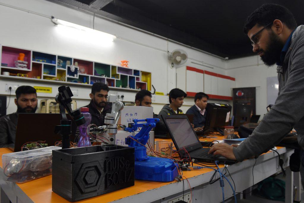 Dans les bureaux de Nuts and Boltz, une entreprise indienne basée à New Delhi, le 6 février 2017. (Crédits : AFP PHOTO / Money SHARMA)
