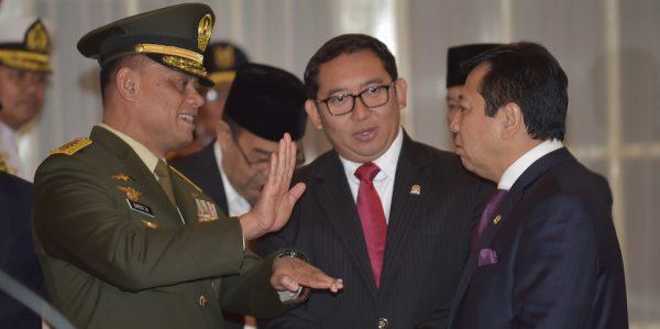 Le chef de l'armée indonésienne, le général Gatot Nurmantyo discute avec des députés le jour de sa nomination officielle à Jakarta le 8 juillet 2015. (Crédits : AFP PHOTO / ADEK BERRY)