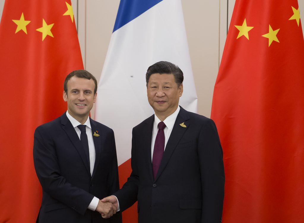 Le président français Emmanuel Macron lors de sa première rencontre avec son homologue chinois Xi Jinping en marge du sommet du G20 à Hamburg, le 8 juillet 2017. (Crédits : AFP PHOTO / IAN LANGSDON)