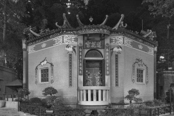 """Extrait de la série """"Temples"""" par Dick Chan : la nuit, les images des deux dieux du temple apparaisse plus clairement sur la porte. Hong Kong, 2017. (Copyright : Dick Chan)"""