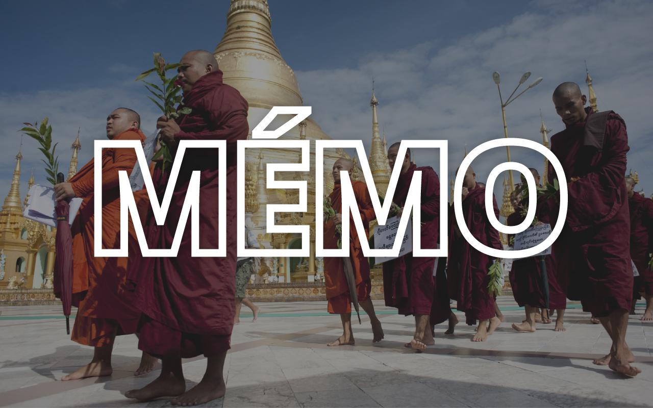 """Des moines birmans portent des affiches indiquant """"des mesures immédiates doivent être prises contre les fondamentalistes du Jihad"""" lors d'une campagne de prière organisée en juillet 2017, à la pagode Shwedagon de Rangoun. (Crédit : YE AUNG THU / AFP)"""