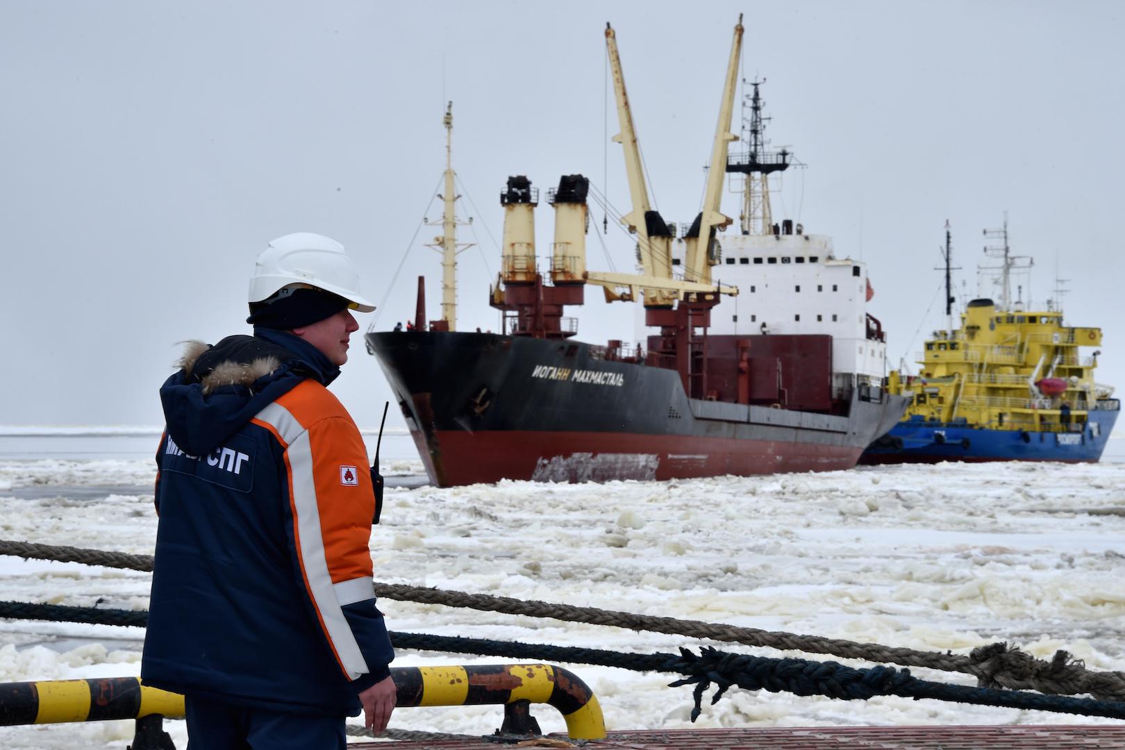 """Sur cette photo prise le 5 mai 2016, le navire """"brise-glace"""" Tor (à droite) emmenant un cargo au port de Sabetta dans la mer de Kara sur la péninsule de Yamal dans le cercle arctique, à quelque 2450 km de Moscou. Yamal LNG, qui doit être lancé en 2017, est une usine de production de gaz naturel avec une capacité escomptée de 16,5 millions de tonnes par an pour une valeur de 27 milliards de dollars. (Crédits : AFP PHOTO / KIRILL KUDRYAVTSEV)"""