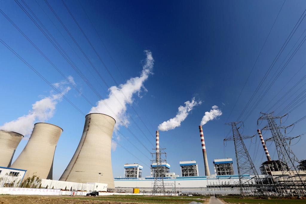 Fumée et vapeur s'échappent des cheminées et tours de refroidissement d'une centrale à charbon à Huai'an, dans la province côtière du Jiangsu à l'est de la Chine, le 8 décembre 2015. (Crédits : ZHOU CHANGGUO / IMAGINECHINA / via AFP)