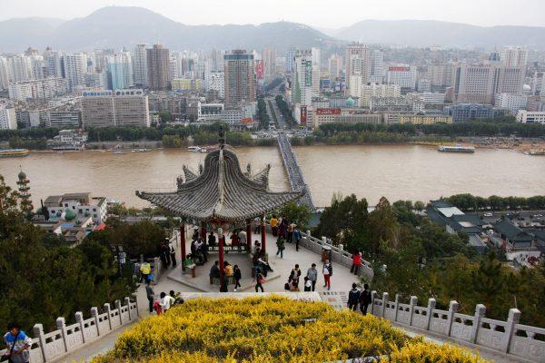 """C'est en se jetant dans le fleuve Jaune, ici à Lanzhou, capitale provinciale du Gansu dans le Nord-Est chinois, que se sont suicidé trois dignitaire du Parti provincial, afin d'échapper aux tourments de la """"lutte anti-corruption lancée par Xi Jinping. Ils étaient liés à son pire ennemi : l'ex-président Jiang Zemin. (Crédits : ImagineChine / Hu Junjia / via AFP"""