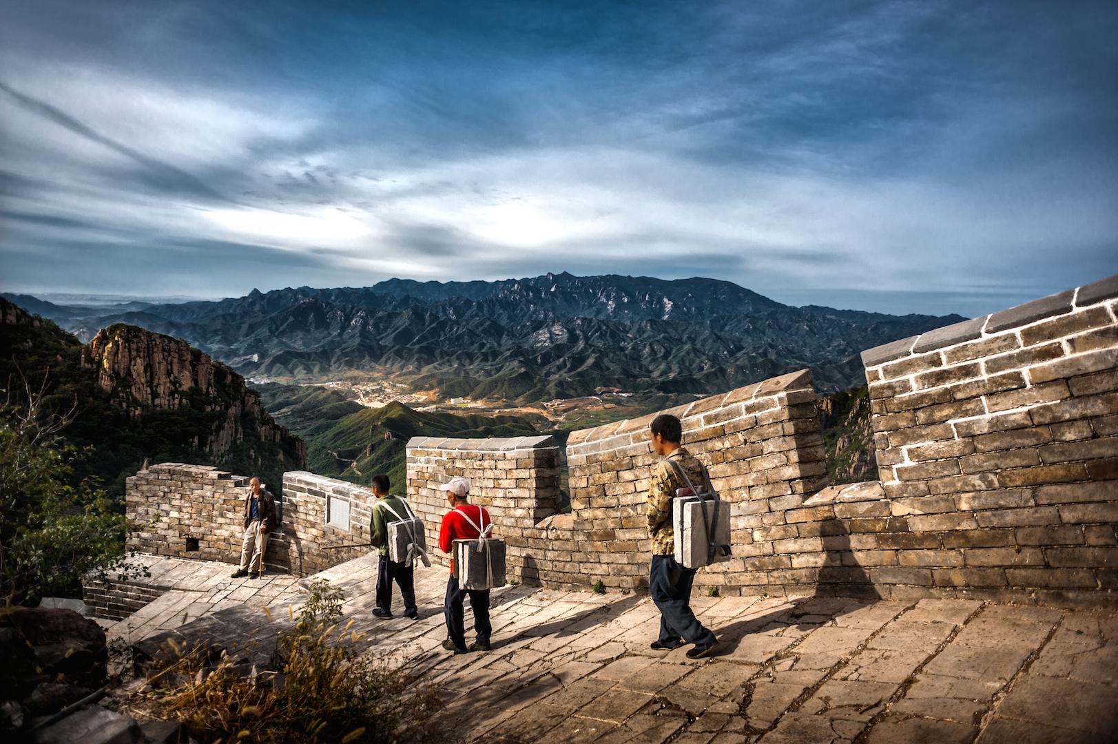 Des travailleurs chinois, pour beaucoup des descendants des soldats aux ordres du Général Qi Jiguang sous les Ming (1368-1644), à pied d'oeuvre sur le tronçon de Banchangyu de la Grande Muraille, à Qinhuangdao, dans la province du Hebei au nord de la Chine, le 3 novembre 2017. (Crédits : SUN CHANGJIANG / IMAGINECHINA / via AFP)