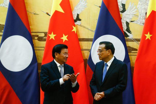 Le Premier ministre laotien Thongloun Sisoulith (à gauche) avec son homologue chinois Li Keqiang dans le Grand Hall du Peuple à Pékin le 28 novembre 2016. (Crédits : AFP PHOTO / THOMAS PETER)