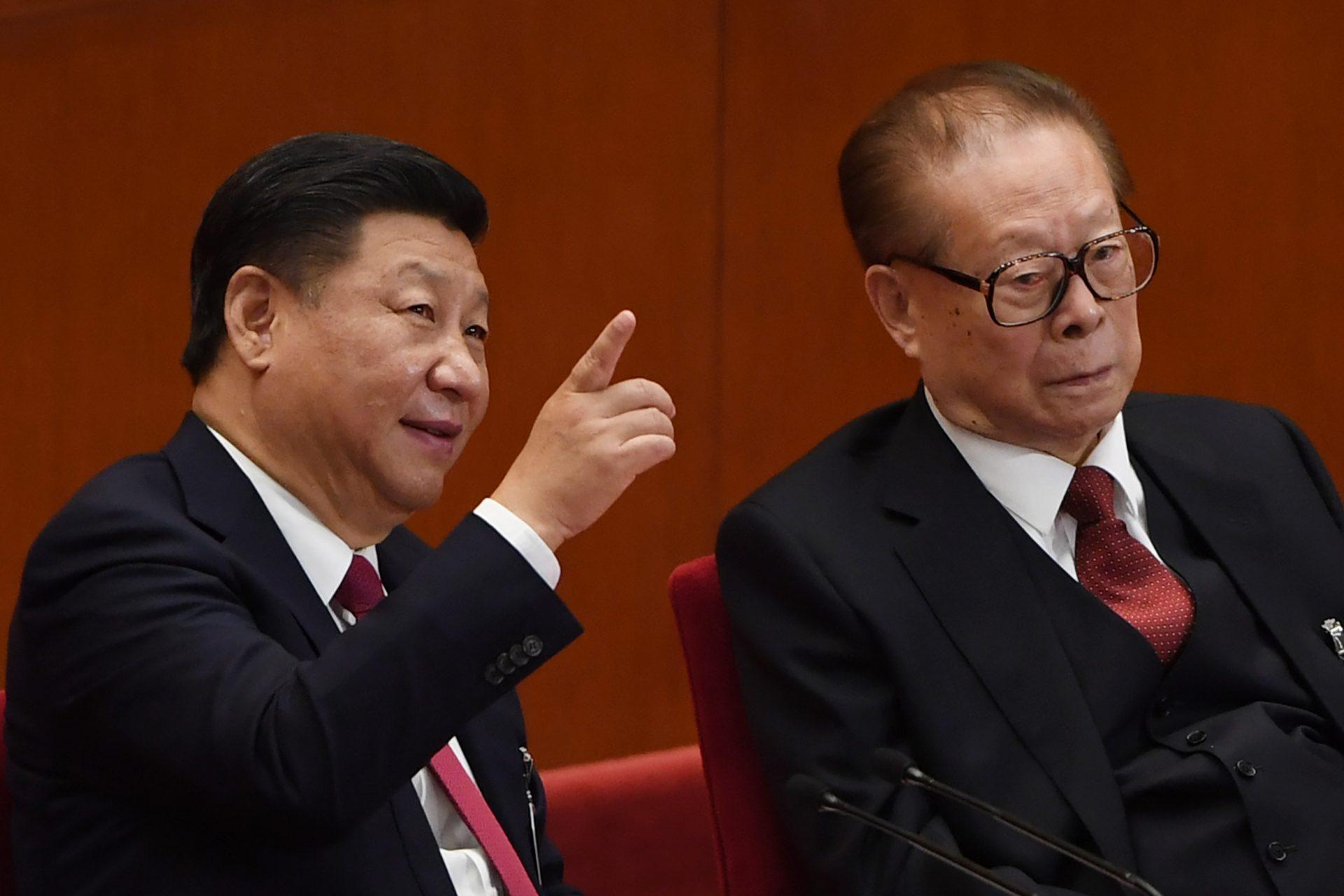 Le président chinois Xi Jinping parle à l'un de ses puissants prédécesseur Jiang Zemin lors de la session de clôture du 19ème Congrès du Parti communiste chinois à Pékin, le 24 octobre 2017. (Crédits : AFP PHOTO / GREG BAKER)