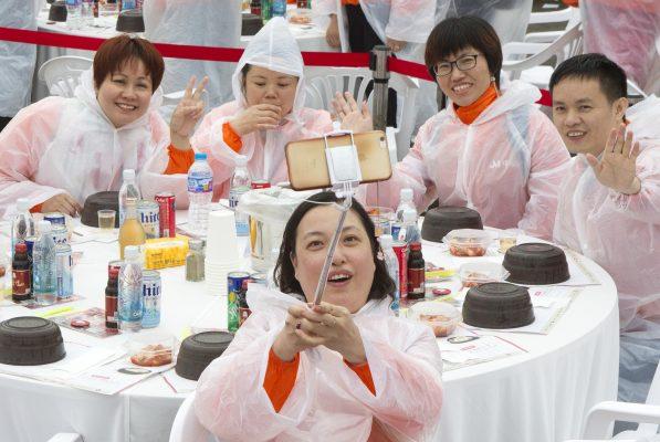 Des touristes chinois à Séoul en pleine séance de selfies le 6 mai 2016. (Crédits : Kim Jong Hyun / Anadolu Agency / via AFP)