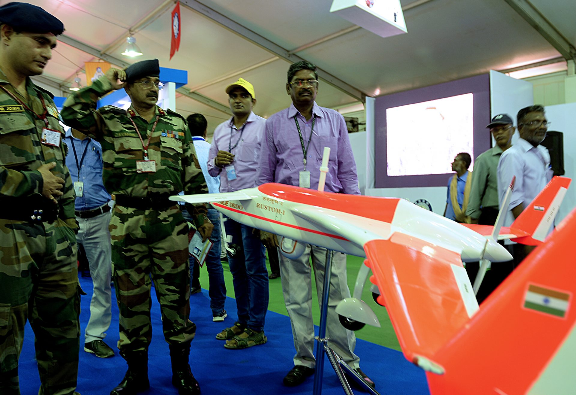 Des soldats de l'armée indienne face à un drone Rustom-1 lors d'un salon de la Defence Research and Development organisation (DRDO), en souvenir de l'ancien président indien APJ Abdul Kalam, à Chennai le 28 juillet 2017. (Crédits : AFP PHOTO / ARUN SANKAR)