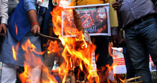 """Manifestation de militants hindouistes contre le film """"Padmavati"""" du réalisateur Sanjay Leela Bhansali, à Calcutta le 22 novembre 2017. (Crédits : Debajyoti Chakraborty/NurPhoto/via AFP)"""