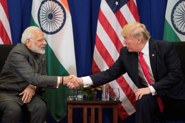 Le Premier ministre indien Narendra Modi serre la main du président américain Donald Trump lors d'une rencontre bilatérale en marge du 31ème sommet de l'ASEAN à Manille, le 13 novembre 2017. (Crédits : AFP PHOTO / JIM WATSON)