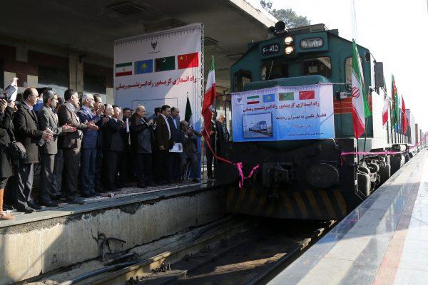 Des officiels iraniens applaudissent à l'entrée en gare de Téhéran du premier train reliant la Chine à l'Iran depuis l'ancienne route de la soie, le 15 février 2016. (Crédits : AFP PHOTO / STRINGER)
