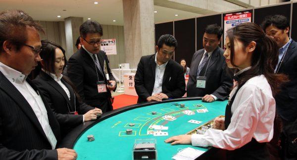 Démonstration de blackjack lors d'un salon des loisirs à Tokyo le 27 novembre 2014. (Crédits : AFP PHOTO / Yoshikazu TSUNO)