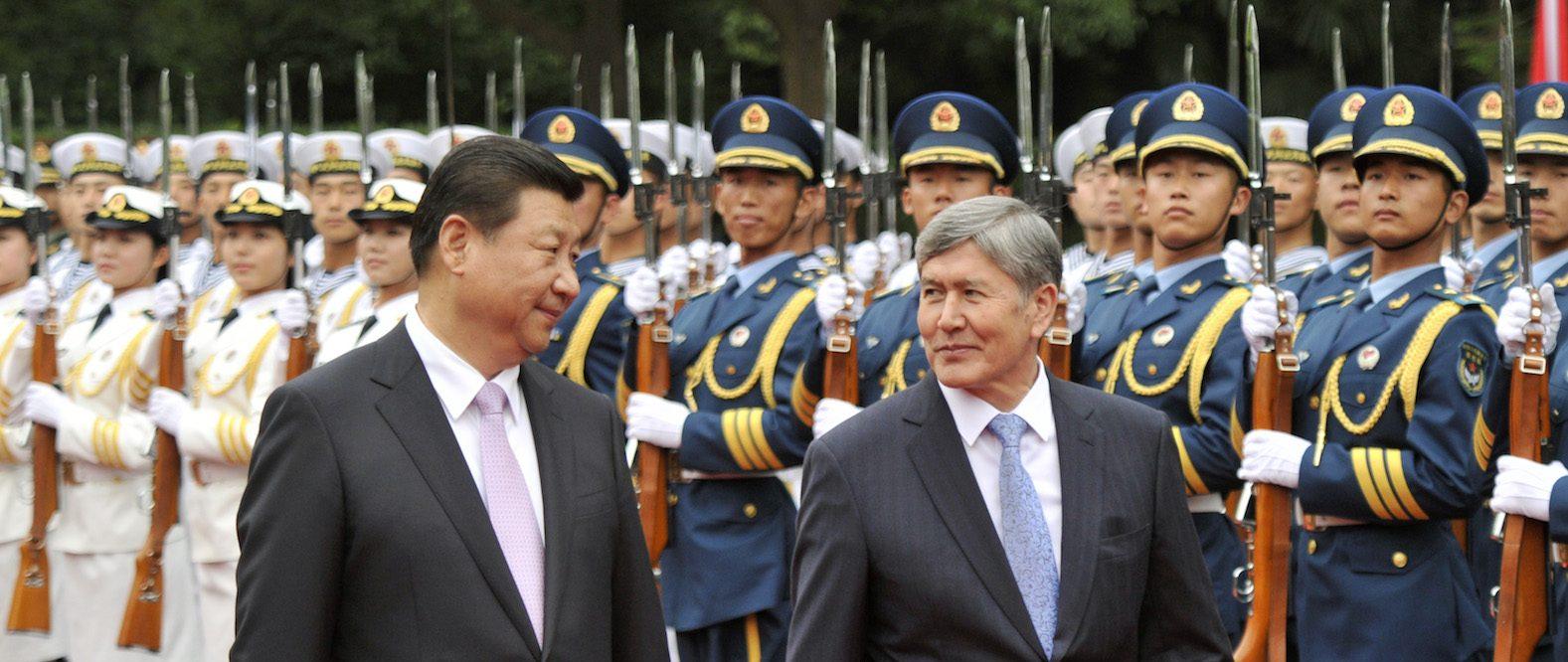 Le président kirghize Almazbek Atambayev (à droite) and son homologue chinois Xi Jinping à Shanghai le 18 mai 2014. (Crédits : AFP PHOTO / KENZABURO FUKUHARA)