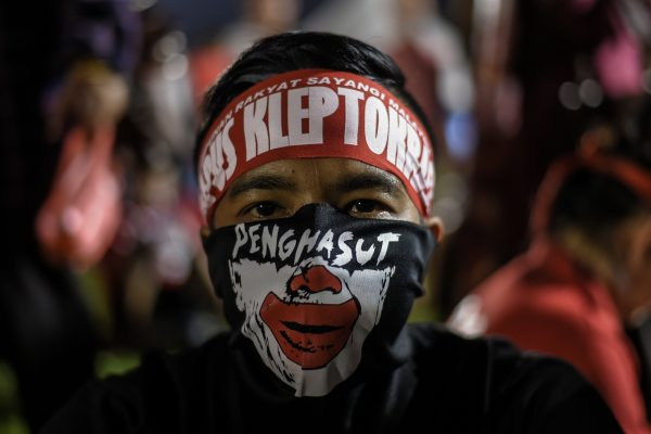 """""""Aimons la Malaisie et détruisons la kleptocratie"""", c'est ce qu'on peut lire sur le foulard de ce militant malaisien à l'occasion d'un meeting du Pakatan Harapan (Pacte de l'Espoir), la coalition d'opposition coalition à Petaling Jaya, près de Kuala Lumpur le 14 octobre 2017. (Crédits : AFP PHOTO / MOHD RASFAN)"""