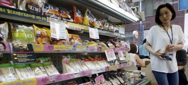 """Le boom des """"convenience stores"""" ou supérettes franchisées révèle la multiplication des urbains solitaires et profite des inégalités sociales. (Source : Business Times)"""