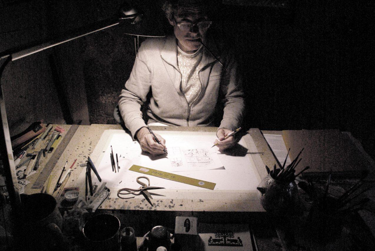 L'auteur et dessinateur suisse Cosey dans son atelier. (Crédits : DR)