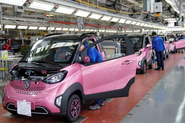 La E-100, l'une des voitures électriques conçues par le constructeur chinois Baojun dans son usine de Liuzhou.
