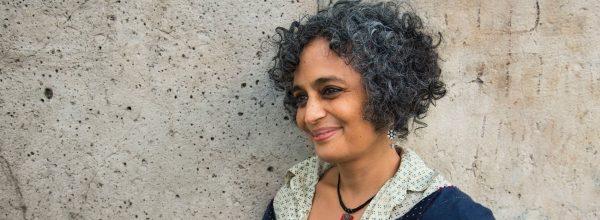 L'écrivaine indienne Arundhati Roy. (Source : Grazia)