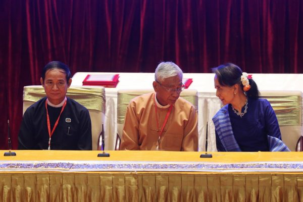Pour remplacer le président démissionnaire, U Thin Kyaw (au centre), la Conseillère d'État et de facto Première ministre birmane Aung San Suu Kyi (à droite) aurait choisi U Win Myint (à gauche), président de l'Assemblée nationale. (Source : The Nation )