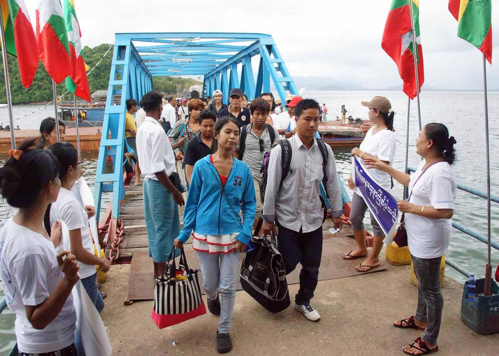 Travailleurs migrants birmans à la frontière avec la Thaïlande à Kawthoung. (Source : Global New Light of Myanmar)