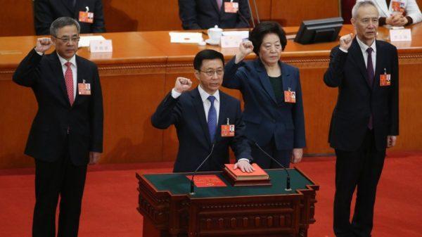 Les 4 nouveaux vice-premiers ministres chiniois : Han Zheng (à la tribune), Hu Chunhua (à gauche), Sun Chunlan et Liu He (à droite) prêtent serment sur la Constitution lors de la session annuelle de l'Assemblée nationale populaire, dans le Grand Hall du Peuple à Pékin, le 19 mars 2008. (Source : South China Morning Post)