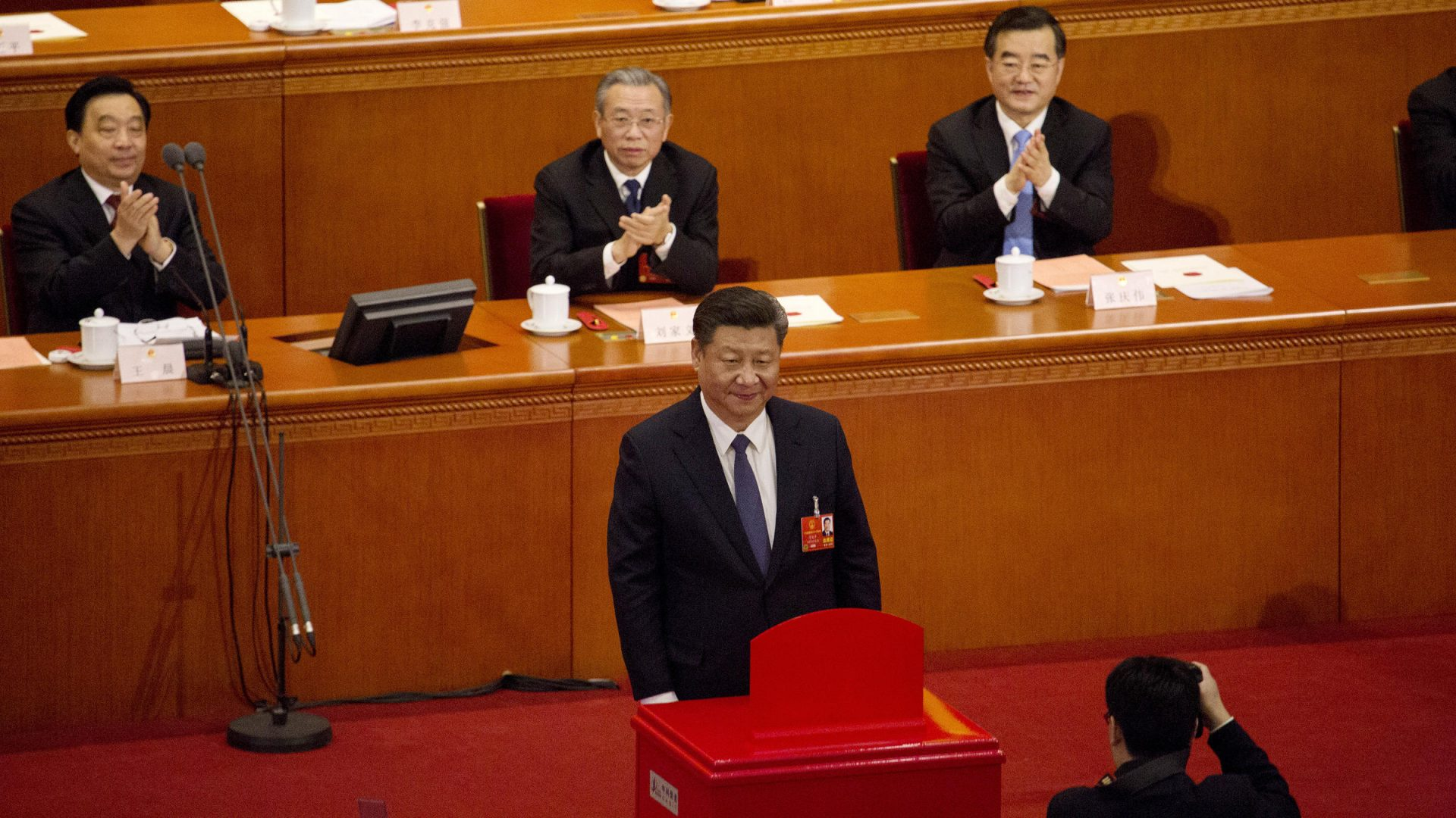 Le président chinois et secrétaire général Xi Jinping un instant après avoir voté la réforme constitutionnelle, notamment la suppression de la limite à deux mandats pour le président à l'Assemblée nationale populaire dans le Grand Hall du Peuple à Pékin le 11 mars 2018.