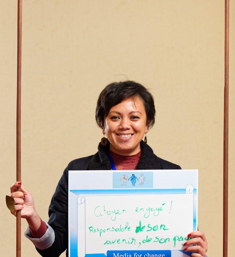 Mbolatiana Raveloarimisa est enseignante vacataire au département de géographie de l'Université d'Antananarivo, membre du groupe de réflexion pour les droits humains de l'ambassade des États-Unis, présidente des « international Visitor leadership Programme » (IVLP), secrétaire générale du Madagascar United States Échange Alumni (MUSEA) et membres de plusieurs associations comme Wake-up Madagascar, Liberty 32. Copyright : Chine Mag