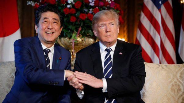 Alors qu'il recevait le premier ministre japonais Shinzo Abe le 18 avril 2018 dans sa résidence de Mar-a-Lago en Floride, le président américain Donald Trump a tweeté son dédain du TPP. Il avait pourtant évoqué la veille un retour de l'Amérique dans le traité négocié par son prédécesseur Barack Obama. (Source : CBC)
