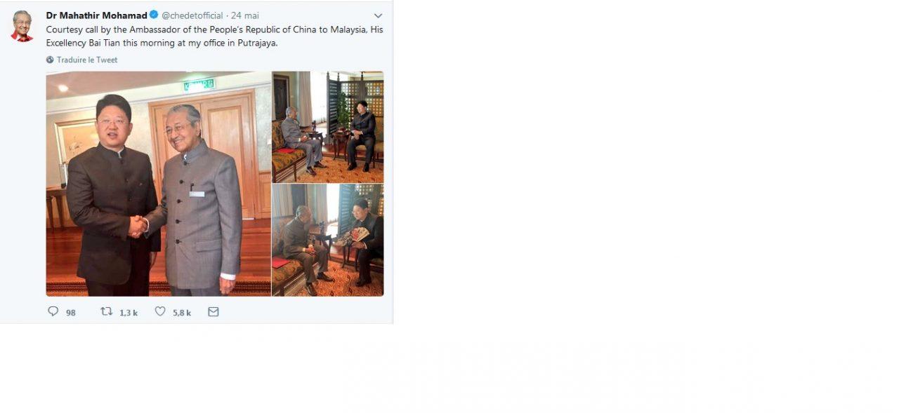 Le Premier ministre malaisien Mahathir Mohamed avec l'ambassadeur de Chine. (Compte Twitter officiel)