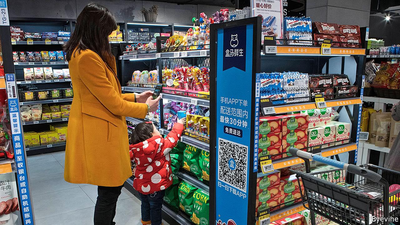 """Scanner un produit et le payer sur mobile en plein supermarché, un geste de plus en plus """"normal"""" en Chine. (Source : The Economist)"""